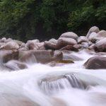 新潟の湯沢に旅行に行ってきれいな川で遊んできた