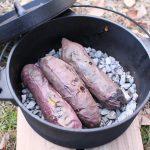 ダッチオーブンを使った石焼き芋の作り方。石焼き芋が甘くなる理由を解説。